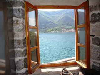 фото 6 - dobrota-house-montenegrin-rentals-view-from-reading-corner-in-living-area-310-939054
