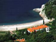 Пляж Kraljeva plaza (Пляж королевы Милены, мелко-галечный)