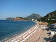 Пляж Золотой пляж (песчаный)
