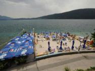 Пляж Jedinica (Единица, галечно-песчаный)