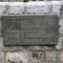 Фото табличка об истории создания моста через Тару