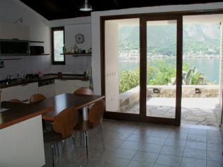 Дом/вилла в Доброте за 125 €  в сутки